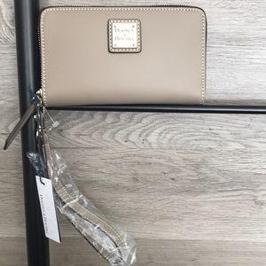 NWT-Dooney&Bourke Beacon Leather Zip Wallet, Taupe
